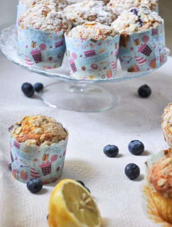 Blueberry muffins with cardamom crumble