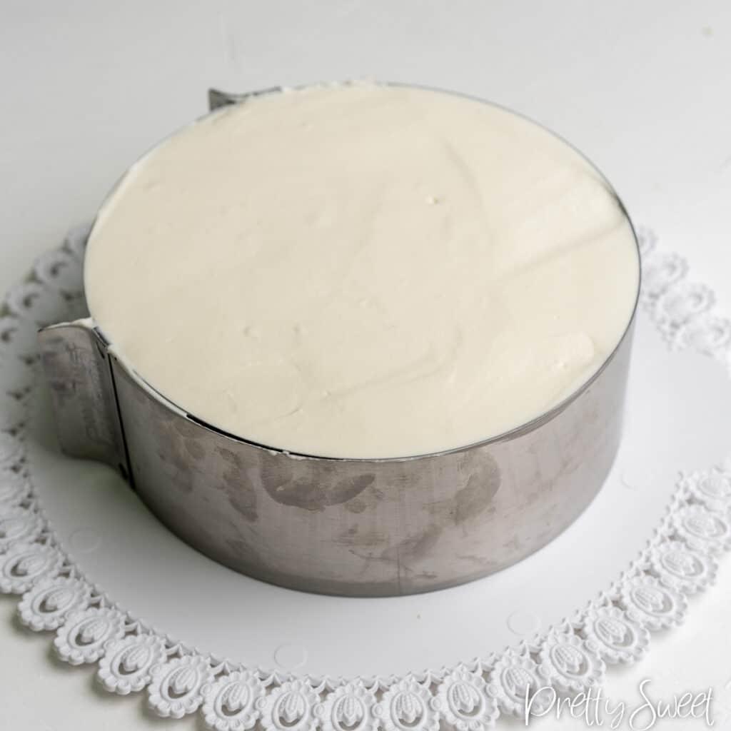 Filled cake ring with yogurt mousse